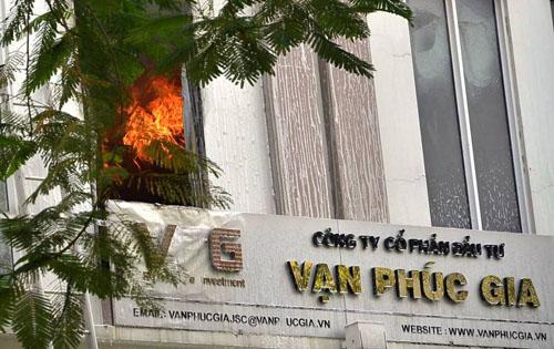 Xe thang giải cứu 11 người gào khóc trong đám cháy ở SG - ảnh 1