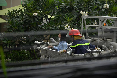 Xe thang giải cứu 11 người gào khóc trong đám cháy ở SG - ảnh 9