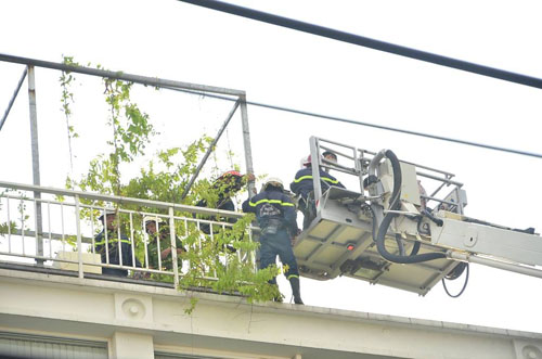 Xe thang giải cứu 11 người gào khóc trong đám cháy ở SG - ảnh 7