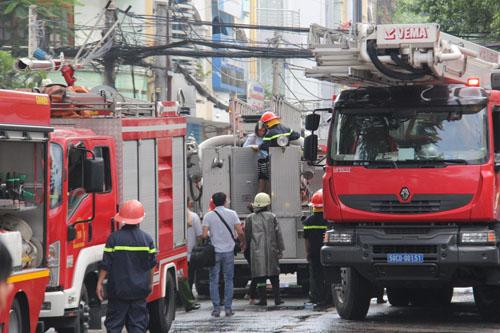 Xe thang giải cứu 11 người gào khóc trong đám cháy ở SG - ảnh 10