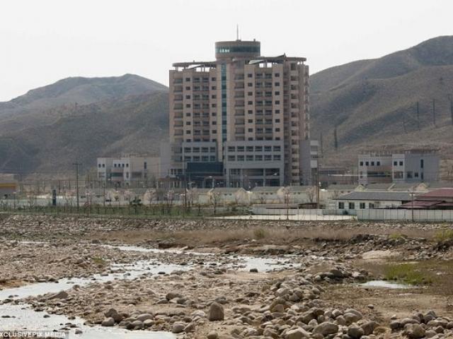 """""""Khu chợ ma"""" hoang tàn ở thành phố đắt đỏ nhất thế giới - 9"""