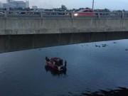 Người đàn ông ngồi khóc trên cầu rồi bất ngờ phi thân xuống sông