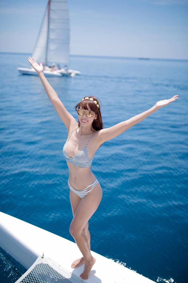 """Thêm loạt ảnh """"nóng rực"""" của chị em Hà Anh trên du thuyền triệu USD"""