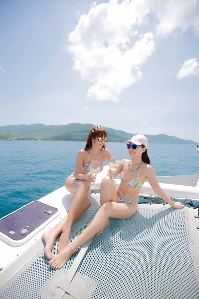 """Thêm loạt ảnh """"nóng rực"""" của chị em Hà Anh trên du thuyền triệu USD - 10"""