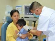Bé trai 3 tuổi bị xe chở tôn cứa ngang vành tai