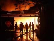 Tin tức trong ngày - HN: Cháy dữ dội garage ô tô sát chùa Ngòi, người dân hoảng loạn