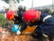 TPHCM: Hai vật thể lạ nghi chứa khí lỏng cực độc bị bỏ ven đại lộ