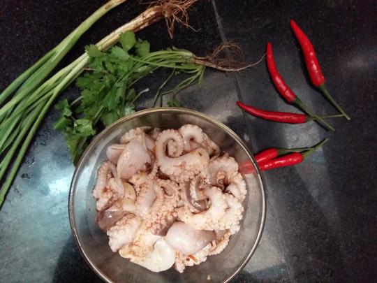 Bữa tối lạ miệng với bạch tuộc xào sả ớt thơm lừng
