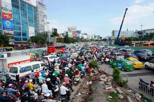 """Người dân """"nghẹt thở"""" rời Sài Gòn về quê nghỉ lễ"""