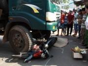 Tin tức trong ngày - Vợ khóc ngất bên thi thể chồng dưới gầm xe rác
