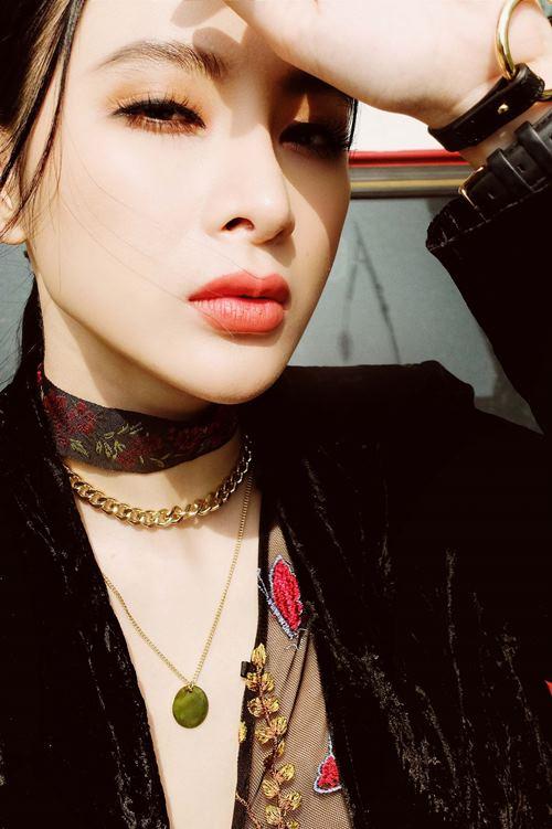 """Angela Phương Trinh mix lưới sexy ngút ngàn """"áp đảo"""" gái Hàn"""