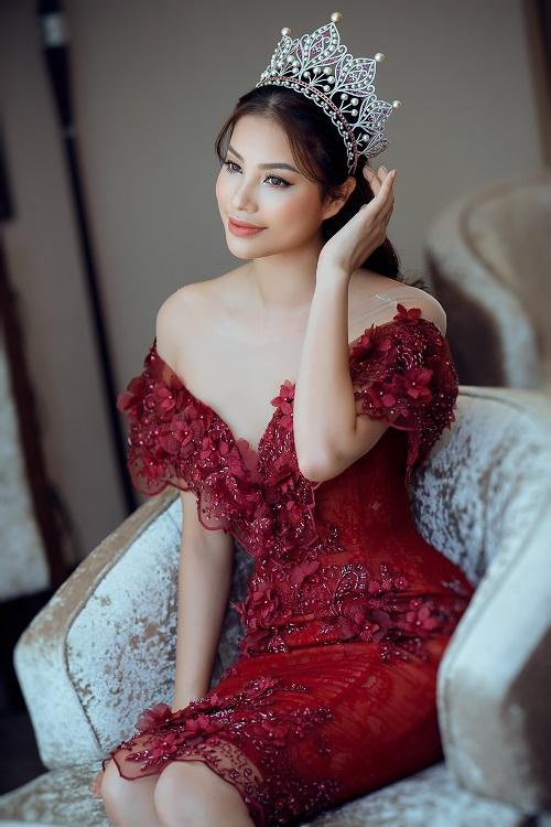 Nín thở vì Phạm Hương mặc đầm đỏ buông lơi như sắp rơi