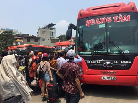 Nhồi nhét trên xe khách rời Hà Nội về quê nghỉ lễ 30/4