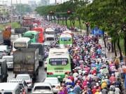 """Tin tức trong ngày - Dòng người """"chôn chân"""" ở cửa ngõ Sài Gòn vì mưa ngập"""