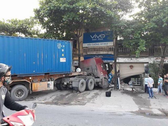 Mẹ cùng hai con nhỏ nằm bất động dưới bánh xe container - 2