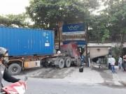 Tin tức trong ngày - Hà Nội: Xe container nổ lốp, lao thẳng vào 2 nhà dân