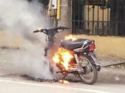 Chửi bới, đốt xe máy vì bị CSGT kiểm tra