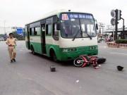 Tin tức trong ngày - Va chạm với xe buýt, cụ ông bị hất văng xa nhiều mét