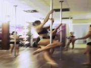 """Thể dục thẩm mỹ - Mỹ nữ đùi to Mai Ngô múa cột """"nóng bỏng mắt"""" trong phòng gym"""
