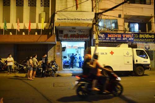 Chủ tiệm uốn tóc phát hiện nam Việt kiều gục chết trong nhà