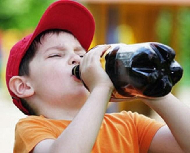 Không phải cứ trời nóng cho trẻ uống nhiều nước là đúng - 1
