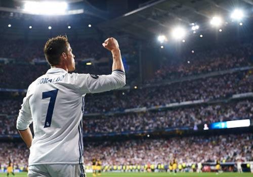 """Ronaldo """"độc bá"""" ở tuổi 32: Nên biết ơn Zidane và người Ý"""