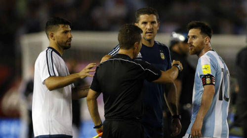 """Messi """"kênh kiệu"""", điều trần với FIFA qua gọi video"""