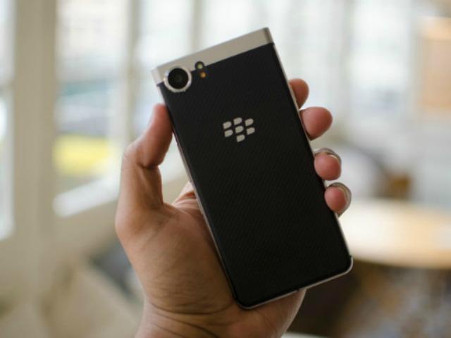 BlackBerry KEYone so kè cùng Galaxy S8