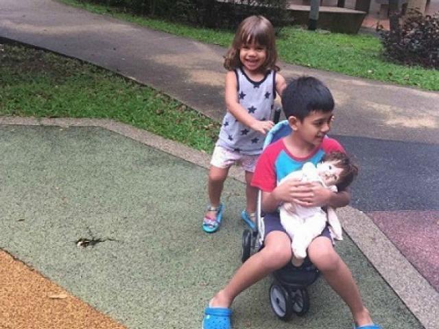 Bà mẹ Singapore dạy con