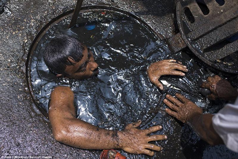 Công việc vất vả nhất hành tinh: Lặn để thông cống ở Bangladesh - 7