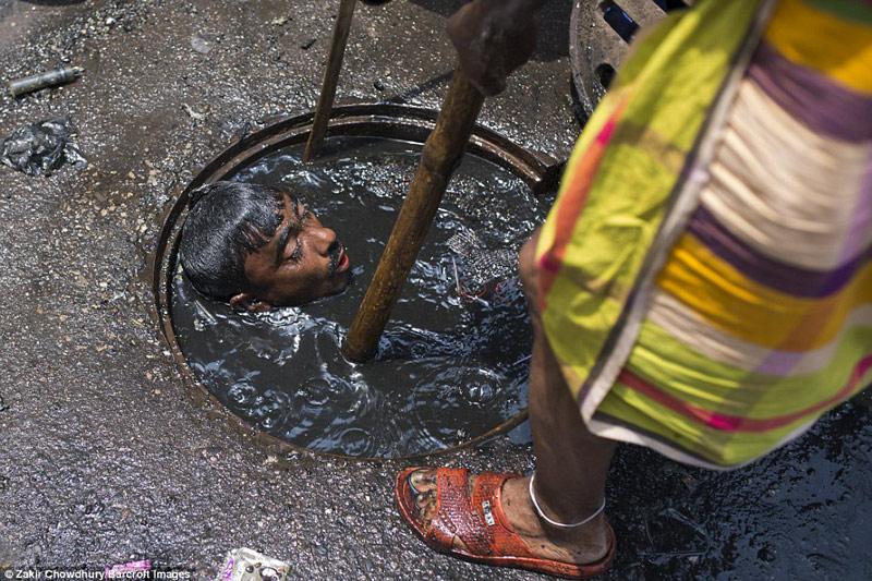 Công việc vất vả nhất hành tinh: Lặn để thông cống ở Bangladesh - 5
