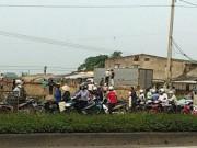 Tin tức trong ngày - Đứng trên nóc xe tải vào đường làng, bị điện giật chết
