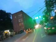 """Tin tức trong ngày - Clip: Container khổng lồ """"bay"""" trong thành phố, người đi đường khiếp vía"""