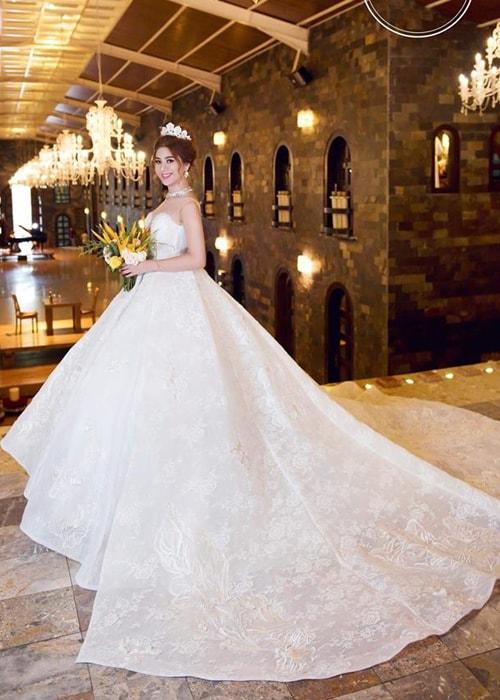 Lâm Khánh Chi mặc áo cưới xuyên thấu nuột nà bên chồng trẻ - 2