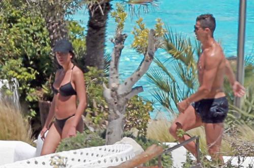 Bồ xinh mặc bikini quyến rũ, Ronaldo quấn quít không rời