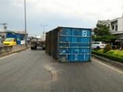 Tin tức trong ngày - Thót tim container rơi xuống đường suýt đè chết 5 người
