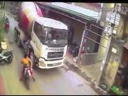 Tin tức trong ngày - Bức xúc cảnh tài xế xe bồn cố tình chèn ngã phụ nữ chở con nhỏ