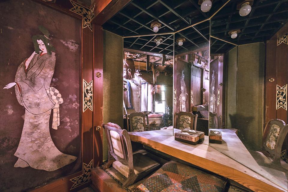 """Bí mật bên trong khách sạn """"người lớn"""" bỏ hoang ở Nhật Bản-6"""