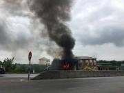 Xe tang chở người đi hoả thiêu bốc cháy ngùn ngụt giữa quốc lộ