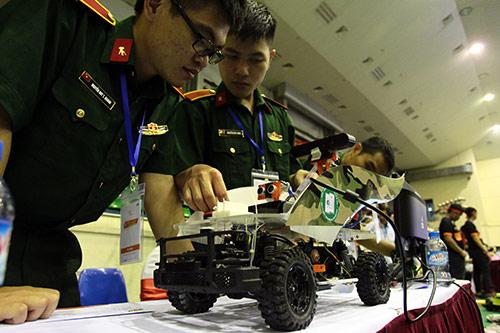 Sinh viên chế tạo xe không người lái đầu tiên ở Việt Nam - 2