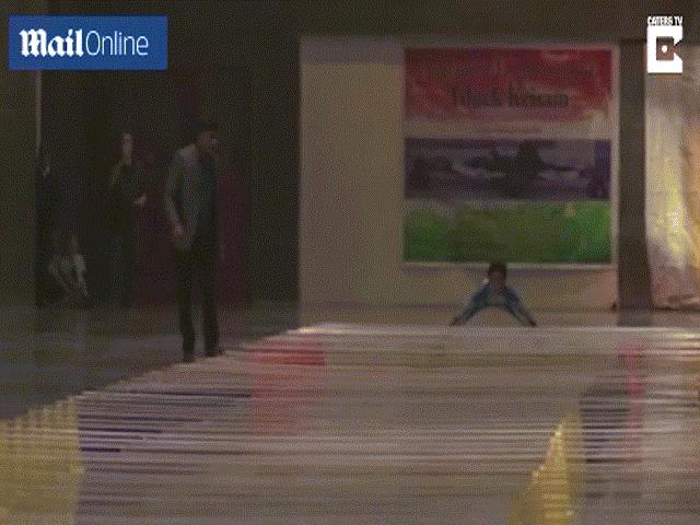 Bé 9 tuổi lập kỉ lục trượt patin khi người đổ rạp sát đất