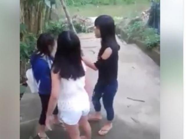 Xôn xao clip nữ sinh ở Huế đánh nhau