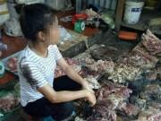 Tin tức trong ngày - Mang thịt lợn nhà đi bán giá rẻ, bị hất đầy dầu luyn