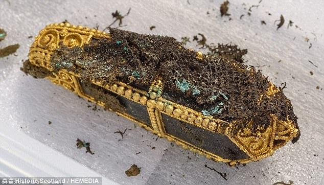 Scotland: Thợ dò kim loại phát hiện kho báu 2,6 triệu USD - 3