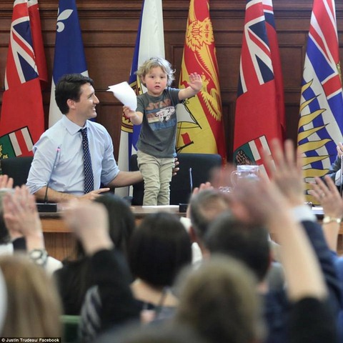 """Thủ tướng điển trai Canada """"gây bão"""" vì chơi với con trai - 1"""
