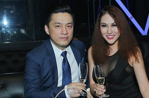 """Phi Thanh Vân mặc sexy hôn má """"trai lạ"""" phớt lờ chuyện Bảo Duy - 1"""