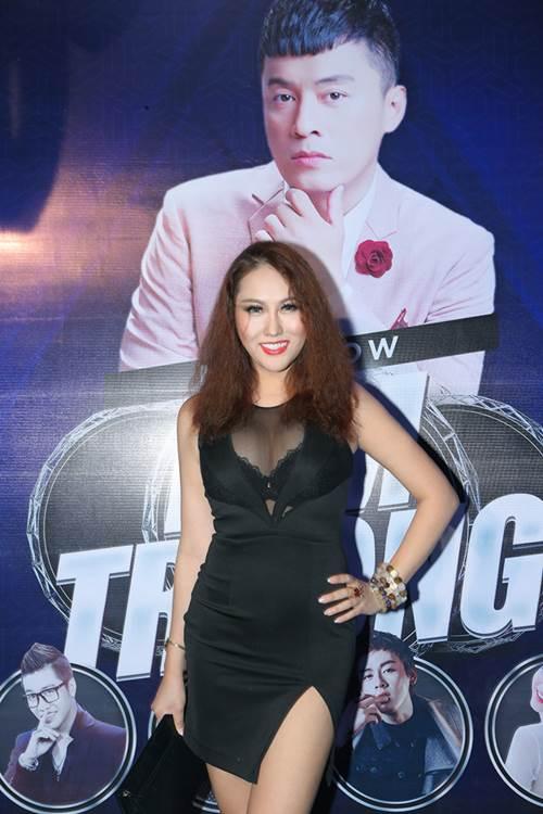 """Phi Thanh Vân mặc sexy hôn má """"trai lạ"""" phớt lờ chuyện Bảo Duy - 3"""