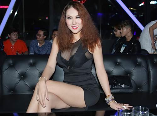 """Phi Thanh Vân mặc sexy hôn má """"trai lạ"""" phớt lờ chuyện Bảo Duy - 4"""