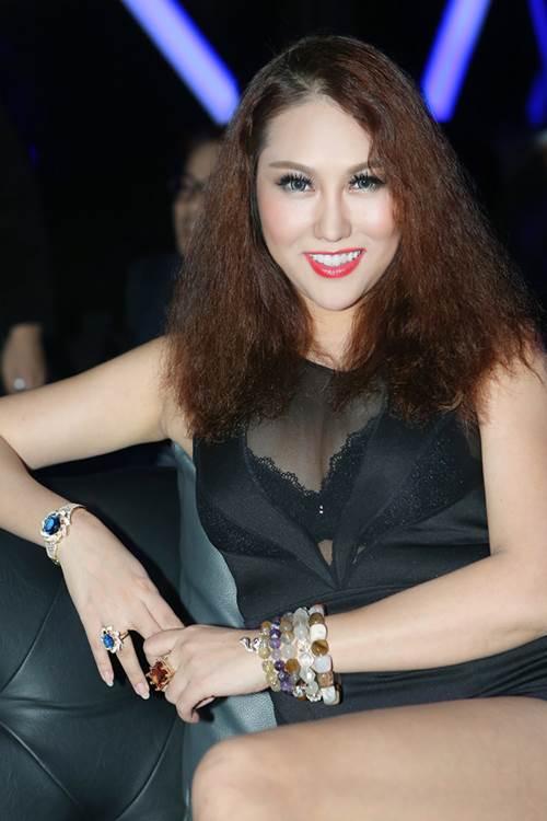 """Phi Thanh Vân mặc sexy hôn má """"trai lạ"""" phớt lờ chuyện Bảo Duy - 5"""