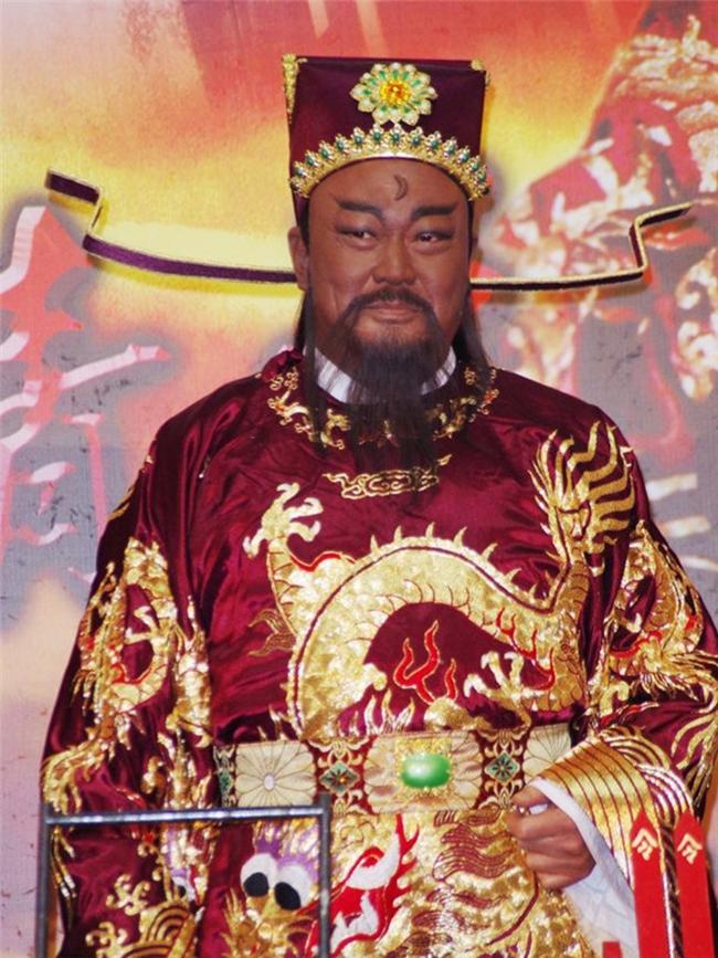 Kim Siêu Quần sinh năm 1951, ông nổi danh khắp châu Á khi đóng vai Bao Chửng trong  Bao Thanh Thiên  1993. Vai diễn của ông trở thành tượng đài trên màn ảnh nhỏ và không một ai có thể thay thế được.